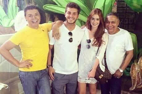 Os promoters David Brazil e Glaycon Muniz posam com o casal