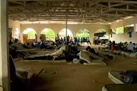 Haitianos ficam alojados em abrigos, onde recebem três refeições