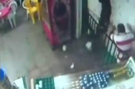 Câmeras de segurança flagram marquise cair em cima do homem