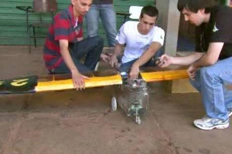 Os alunos gastam em média R$ 20 mil por projeto e procuram aperfeiçoar a mini aeronave a cada competição