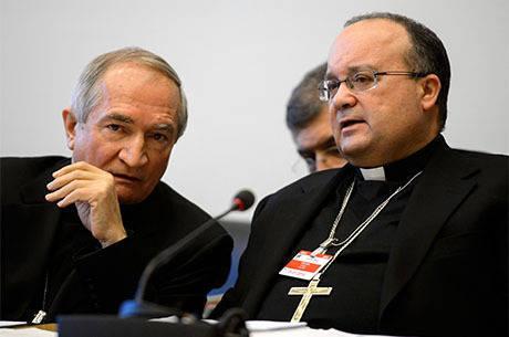 Tomasi (esq.) conversa com o Charles Sciclun, que já foi promotor de justiça para casos de abusos sexuais no clero