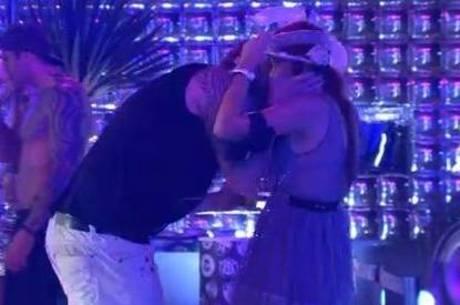 Cássio rouba um selinho de Amanda, que não curte