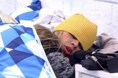 Vanessa e Clara dormem juntas
