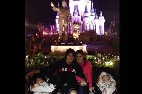Leandro e Natália Guimarães posam com as gêmeas na Disney