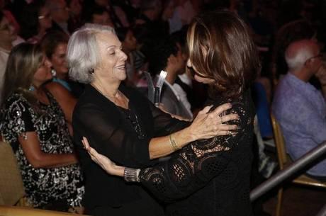 Zezé Polessa brinca com a própria mãe em premiação