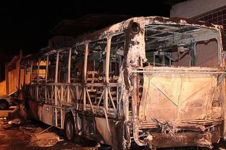 Na avenida General Penha Brasil, 15 homens pararam o coletivo e colocaram fogo no ônibus