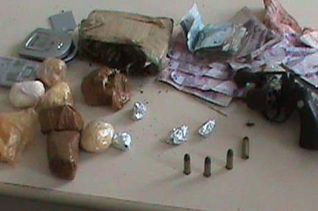 Dinheiro, drogas e uma arma calibre 38 foram apreendidos