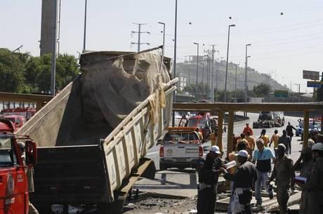9423e419ff Imagens mostraram que a caçamba da carreta foi se abrindo ao longo da linha  Amarela;