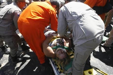 Uma mulher ficou presa debaixo da passarela que desabou na linha Amarela