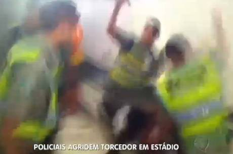Agressões foram filmada por outro torcedor que estava no local