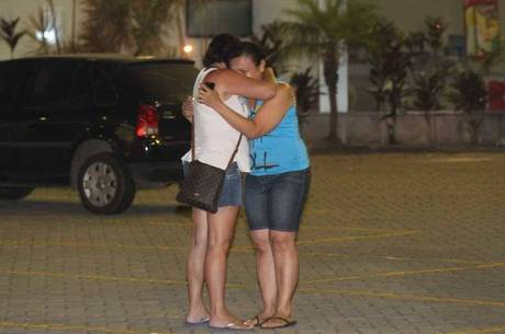 Mulheres choram após serem vítimas de arrastão em hospital