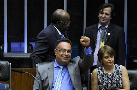 Ex-deputado André Vargas (com punho levantado) foi condenado pelo crime de lavagem de dinheiro no âmbito da Lava Jato