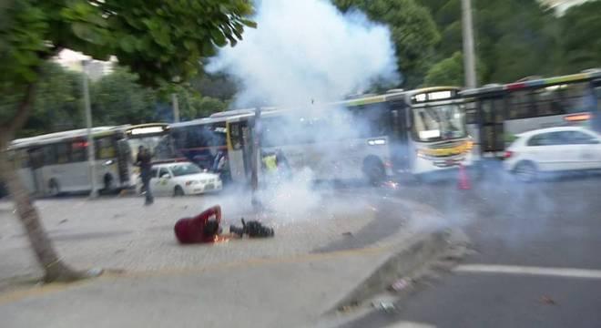 Imagem mostra o momento em que o cinegrafista da Band foi atingido por explosivos na região da Central do Brasil