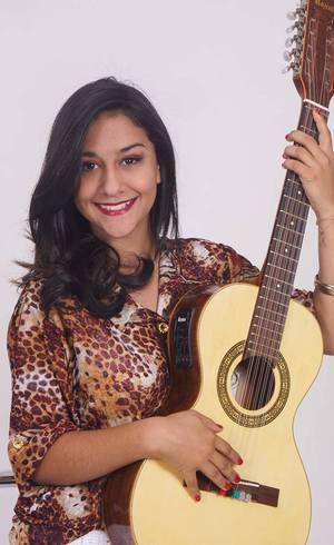 Amanda Valverde toca violão e viola caipira e sonha em ser cantora