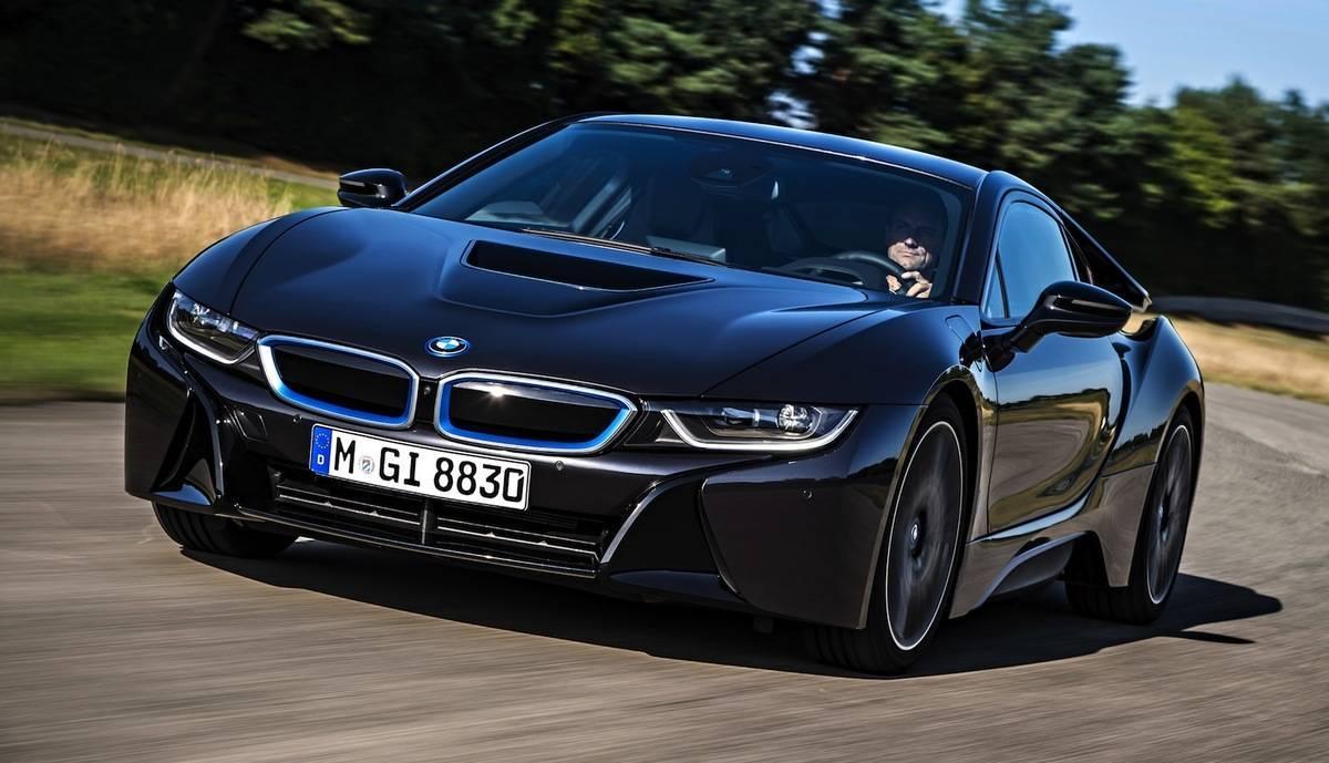 Jornalista capota supercarro BMW i8 que custa R$ 1 mi