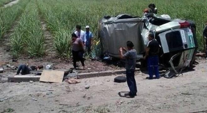 Vítimas morreram no local após van bater em poste