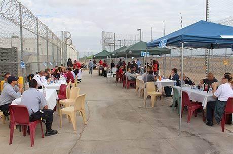 Presidiários participam de festa em prisão da CCA em Florence, no Arizona