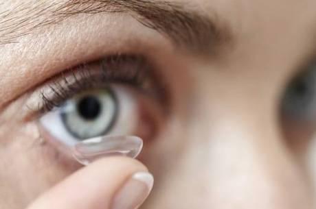 Llente de contato exige limpeza correta para evitar doenças