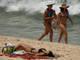 A banhista exibiu barriga negativa ao relaxar em um banho de sol