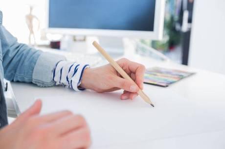 Alunos do projeto têm o 1º contato com uma caneta de pintura ótica