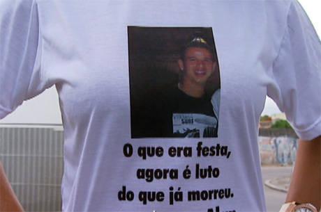 Em protesto, os parentes usaram camisas em homenagem às vítimas