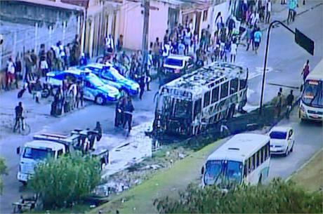 O ônibus foi completamente destruído pelas chamas