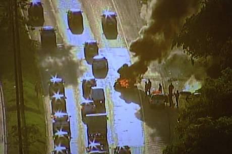 Traficantes também colocaram fogo em uma barricada na av. Brasil