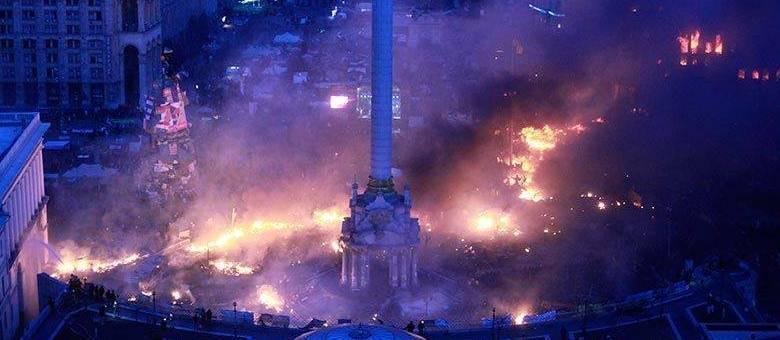 Praça da Independência, em Kiev, virou um campo de batalha entre manifestantes e policiais