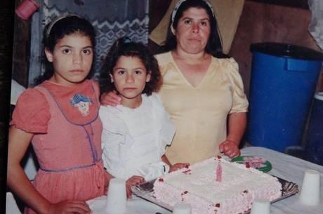 Jussara e as filhas Juliana a e Rosa em festa de aniversário