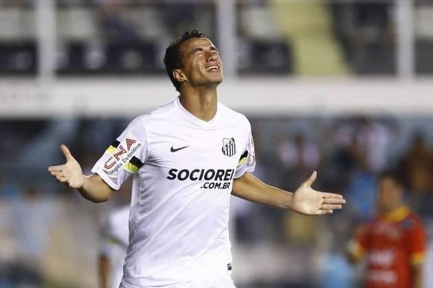 Leandro Damião desembarcou no Santos como uma das contratações mais caras da história do futebol brasileiro. No entanto, a relação foi muito conturbada: apenas 11 gols, dívidas e batalhas judiciais