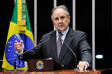 Senador Cristovam Buarque (PDT-DF) vai analisar proposta de legalização da maconha antes de sugerir projeto de lei no Congresso