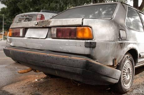 Carros clássicos são fotografados por fãs de automóveis