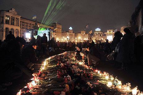 Manifestantes prestam homenagens às mais de 80 pessoas que morreram nos protestos da última semana