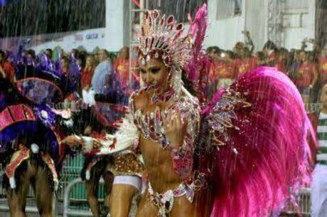 Gracyanne Barbosa samba debaixo de chuva na avenida