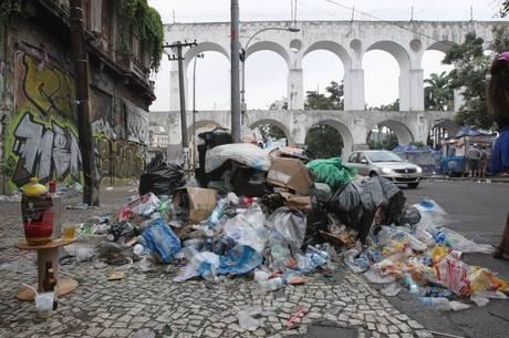 Lapa amanheceu tomada pelo lixo
