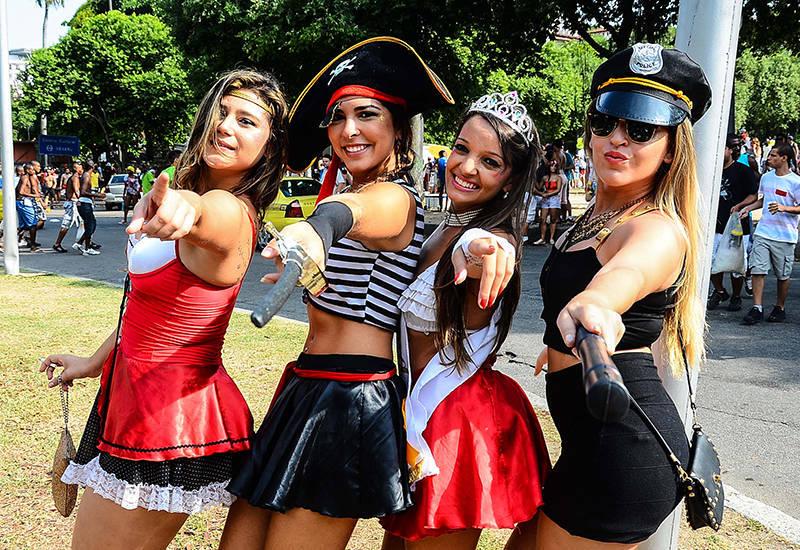 Mulheres enfeitam as ruas do RJ e MG com fantasias de pirata ...