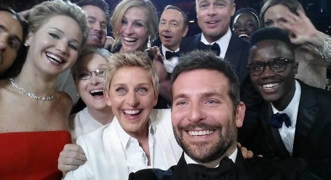 Os presentes na selfie tirada neste domingo (2) são: Jennifer Lawrence, Meryl Streep, Badley Cooper, Julia Roberts, Kevin Spacey, Jared Leto, Brad Pitt, Angelina Jolie, Lupina Nyong'o e seu irmão