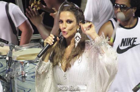 Irreverente, a cantora brincou com os boatos sobre sua suposta gravidez