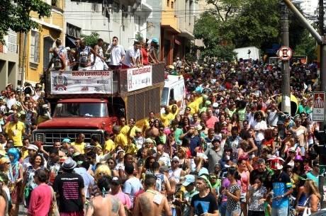 Um dos blocos mais antigos de SP, Os Esfarrapados, fundado em 1947 por Walter Taverna, lotou as ruas do bairro do Bixiga