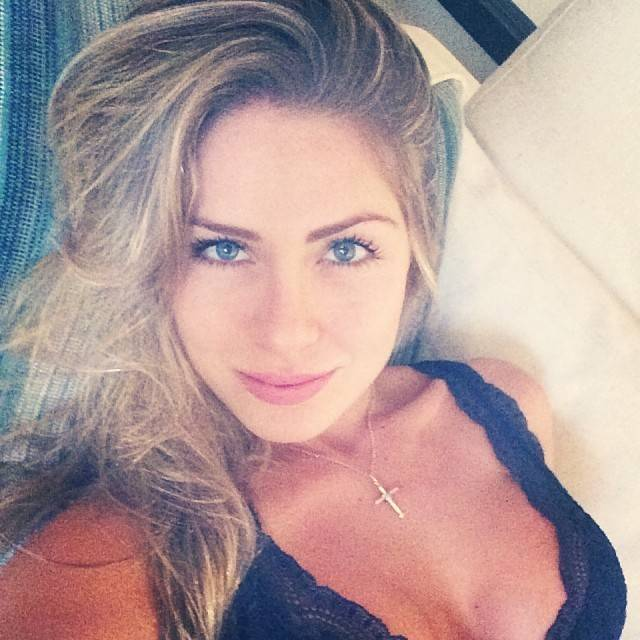 Ex-BBB Renatinha arranca suspiros com foto sensual