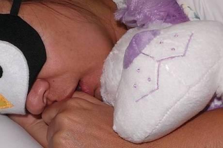 Mara Maravilha aparece dormindo com o dedo na boca