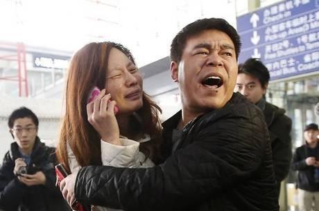 Familiares se desesperam em busca de notícias sobre avião que teria caído no mar