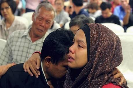 Buscas por avião continuam e parentes aguardam notícias