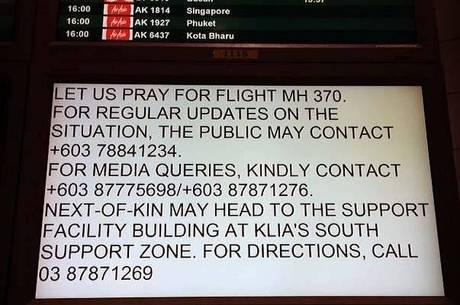 Painel em aeroporto malaio pede orações para o voo MH-370