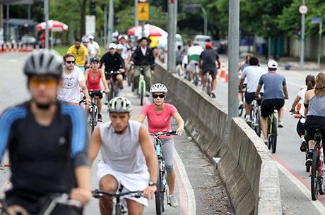 Ciclistas utilizam a ciclofaixa de lazer em trecho próximo ao Parque do Povo, na zona sul de São Paulo