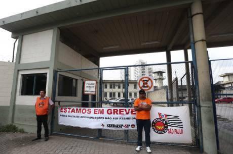 Agentes cruzam os braços no CDP de Pinheiros, zona oeste de SP