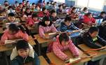 Escola na China usa barras nas carteiras para prevenir miopia