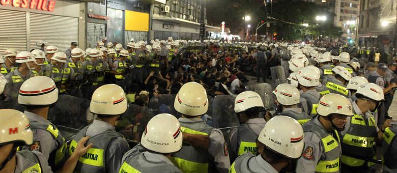 Manifestantes são cercados por policiais no centro de São Paulo durante protesto contra a realização e os gastos da Copa do Mundo no Brasil, no dia 22 de fevereiro