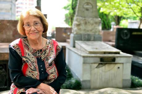 Vida Alves chega cedo ao enterro do amigo Paulo Goulart