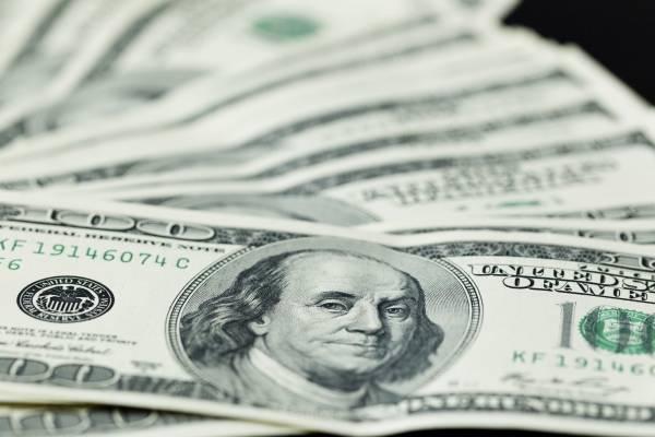 Dólar tem leves variações e segue perto de R$ 3,90, de olho em cena política